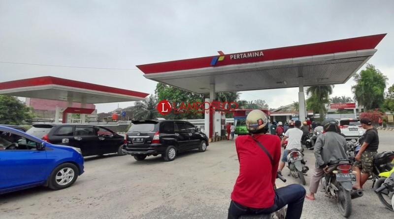 Antrean pengendara ketika ingin mengisi bahan bakar di SPBU Pertamina 24.351-30 - Soekarno Hatta, Labuhanratu, Bandar Lampung. (Foto:Lampost/Triyadi Isworo)